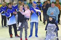 Na fotografii je v popředí vlevo Kačenka s maminkou a vpravo Kubík s tatínkem.