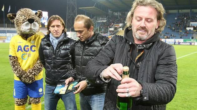 Josef Vojtek (vpravo) za Teplice v mládí hrál. Takhle na Stínadlech křtil v roce 2011 DVD Pavla Verbíře.