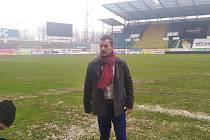 Rozhodčí Emanuel Marek obhlíží stav hrací plochy v Teplicích