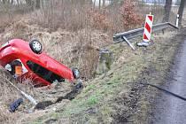U Háje bouraly dvě řidičky. Jedno auto skončilo v křoví, druhé v korytě