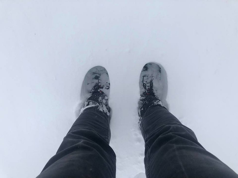 Sněhová nadílka v areálu hostelu Krušnohorský dvůr na Cínovci.