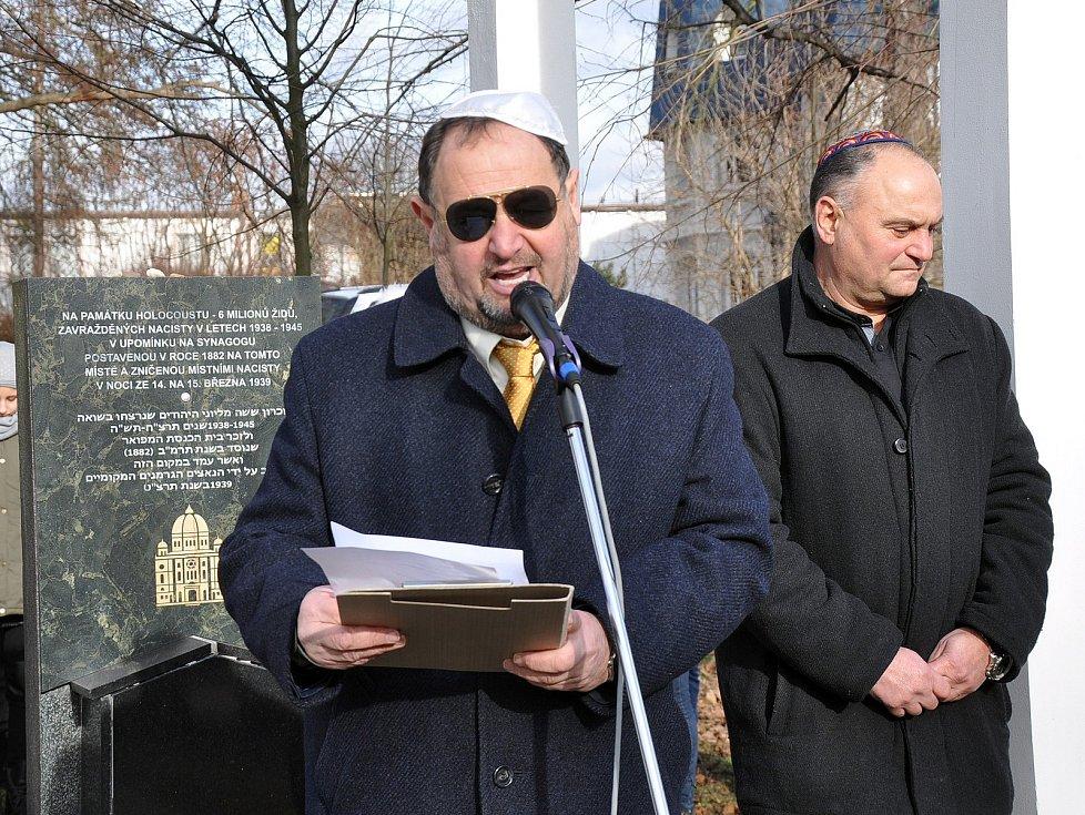 Pietní akt k uctění památky obětem holocaustu v Lípové ulici v Teplicích.