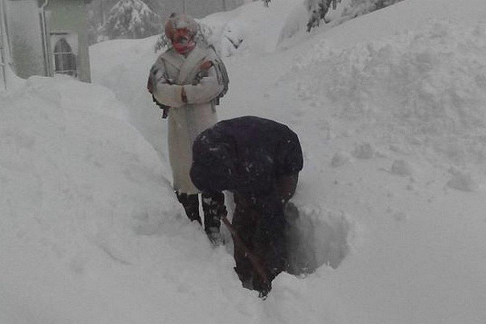 Lidé na Moldavě bojují s přívaly sněhu.
