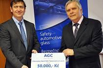 AGC Automotive Czech včera předala Střední škole AGC 50.000,- Kč na nákup speciálních pomůcek pro technické vzdělávání. Šek řediteli školy Jaroslavu Myslivcovi (vpravo) předal generální ředitel firmy Luděk Steklý (vlevo).