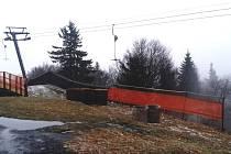 Balíky slámy na části sjezdovky ve Sport centra Bouřňák. (ilustrační foto)