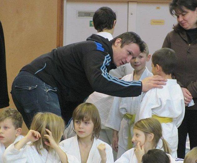 OBLÍBENÝ TRENÉR. Jiří Bláha, kouč SK Judo Teplice, je mezi dětmi hodně populární. Na snímku udílí na turnaji v Neratovicích pokyny.