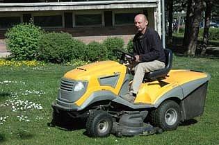 Traktůrek je na sekání větší zahrady ideální.