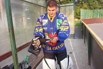 MARTIN URBAN rád hraje i hokejbal. Před časem se nezdráhal nasoukat se do brankářské výstroje.