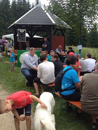 Přátelé zeleného údolí Muldy a Gegenwind zHolzhau se vsobotu sešli na happeningu Pivní tokání na Žebráckém rohu.