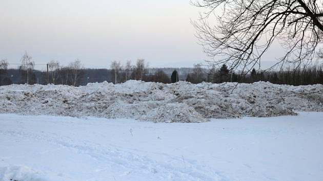 Letošní mimořádná sněhová nadílka neudělala radost ani v Oseku.  Na prostranství u hřbitova, které v srpnu při pouti slouží řidičům jako odstavné parkoviště, tak vniklo jakési depo sněhu (viz foto), kam se hromady sněhu svážely.