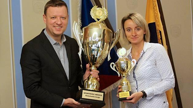 Martina Šimonová přebírá cenu pro vítěze ankety zrukou primátora Teplic Hynka Hanzy.