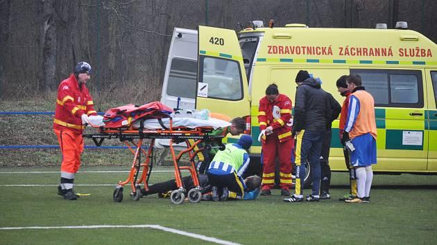 Favorit turnaje, Blažim (v pruhovaném) si poradil s Tuchořicemi. Těm se při zákroku nepříjemně zranil gólman.