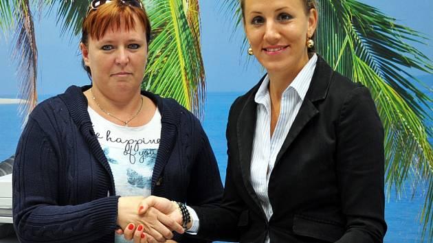 Výhru Martině Scheibové předala regionální vedoucí cestovní kanceláře FIRO-tour Jana Peková. (vpravo)