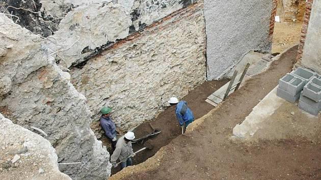 Na stavbě v teplické konzervatoři se pilně pracuje