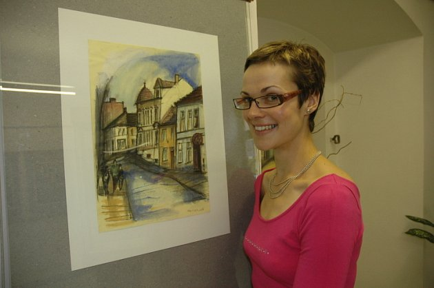 Jitka Burešová si prohlíží obraz Milana Kreitzera.