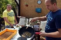 RADEK VYSKOČIL, LADISLAV PERTL. Dva kamarádi chovatel a kuchař a jejich příprava netradičního jídla na zahradě v Hradišti.