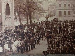 Zachycení jedné z mnoha slavnostní na dnešním Mariánském náměstí v Bohosudově.