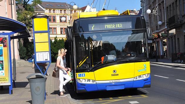 Cestujícím se od úterý 17. března v žluto-modrých trolejbusech a autobusech budou otevírat pouze prostřední a zadní dveře.