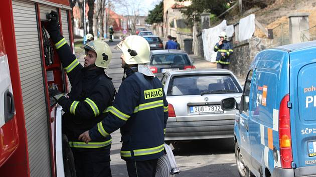 V centru Teplic hořel kabel v zemi