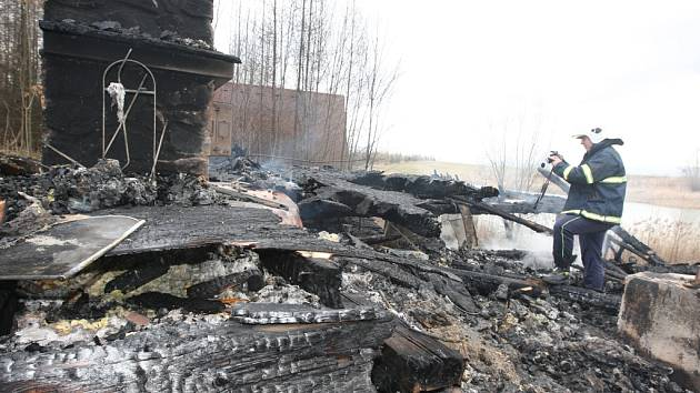 V plamenech se ocitla rekreační chatka v Bílině