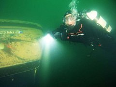 Sportovní potápěči objevili v minulých dnech ve Vápence v Lahošti na Teplicku čtyři utopená auta.