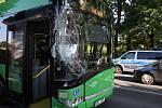 Autobus smetl závoru a signalizační zařízení na přejezdu v teplické části Řetenice.