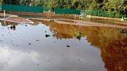 Průtrž mračen spojená s kroupami a silným větrem zatopila tenisové kurty v Proboštově.