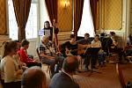 Členové hudebního souboru Arkadie převzali čestné uznání za její reprezentaci.