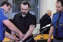 Jaroslav Filip z Krupky – Maršova byl přiveden eskortou před ústecký krajský soud, protože na den svatého Valentina loni po půl třetí odpoledne vyloupil pobočku Komerční banky v Krupce.
