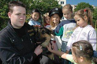 Policie se psy ve školce.