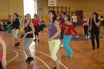 Druhý ročník Master class se zumbou pro děti, juniory a dospělé se konal v sobotu 3. prosince ve sportovní hale na Letné v Teplicích .