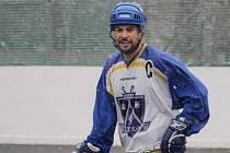 PETR VORÁČEK hraje kromě fotbalu také hokejbal. V mužstvu Kings Teplice, které je účastníkem okresní soutěže, plni roli kapitána a vedoucího.