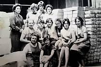 Kolektiv zaměstnankyň expedice vyfotografovaný v roce 1984.