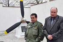Hybatelem dění kolem vrtule byl Jaroslav Hreha (vlevo) a symbolicky ji předal Duchcovu.