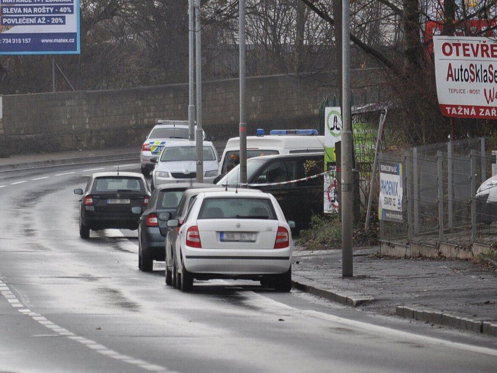 Místo nálezu mrtvé ženy, ležela pod bilboardem kousek od silnice.