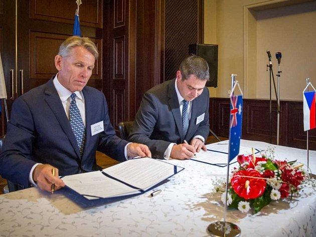 Generální ředitel EMH Keith Coughlan (vlevo) a ministr průmyslu Jiří Havlíček  podepsali memorandum o spolupráci v oblasti těžby a zpracování lithia.
