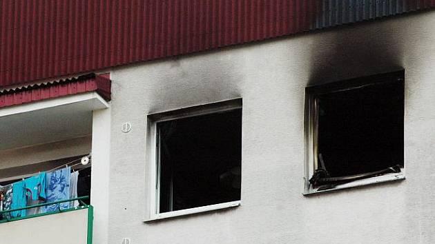 Požár v sedmém patře panelového domu na teplickém sídlišti Prosetice.