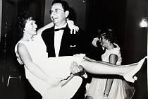 Taneční v obci Vrdy u Kutné Hory. Manželé Holanovi vedli taneční od roku 1968 do roku 1993.