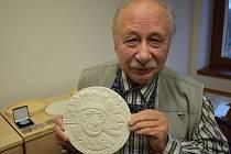 Známý cestoval Stingl má medaili. Na snímku je předseda pobočky České numismatické společnosti v Teplicích Vladimír Mjalovský.