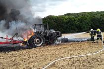 Požár traktoru a strniště u Kostomlat.