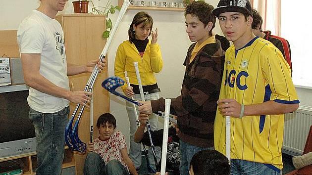 Hráči FK Teplice rozdávali dárky v Dětském domově v Krupce