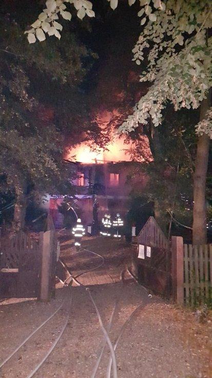 Známá restaurace zámeček Dvojhradí v lesní oboře Mstišov u Dubí skončila v plamenech.