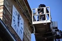 Věžní hodiny v Mrzlicích, instalace ciferníků.
