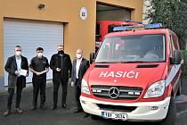 Dobrovolní hasiči Zabrušan získali od energetiků dodávkový vůz.