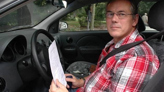 Instruktor v autoškole čeká na dalšího žáka