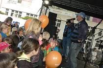 Michal David přijel včera do Teplic zazpívat na mítink ČSSD, který také navštívila Jana Vaňhová, hejtmanka Ústeckého kraje. Popový zpěvák David byl tahákem především pro mladé lidi a střední generaci.