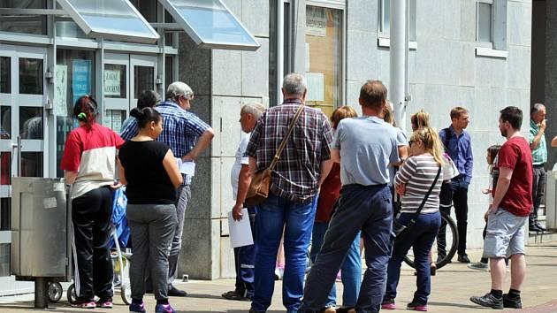 Nedočkavci čekající než se otevře vstup do budovy teplického magistrátu.
