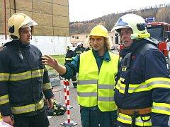 Cvičení hasičů v chemičce ve Velvětech, kde byla nahlášená havárie - prasklo potrubí s louhem, potřísnilo to lidi v místě havárie.