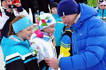 Na pátém místě (3 km volně) skončila starší žákyně Vágnerová Viktorie (v bílém). Gratuloval jí i vítěz z OH Lukáš Bauer.
