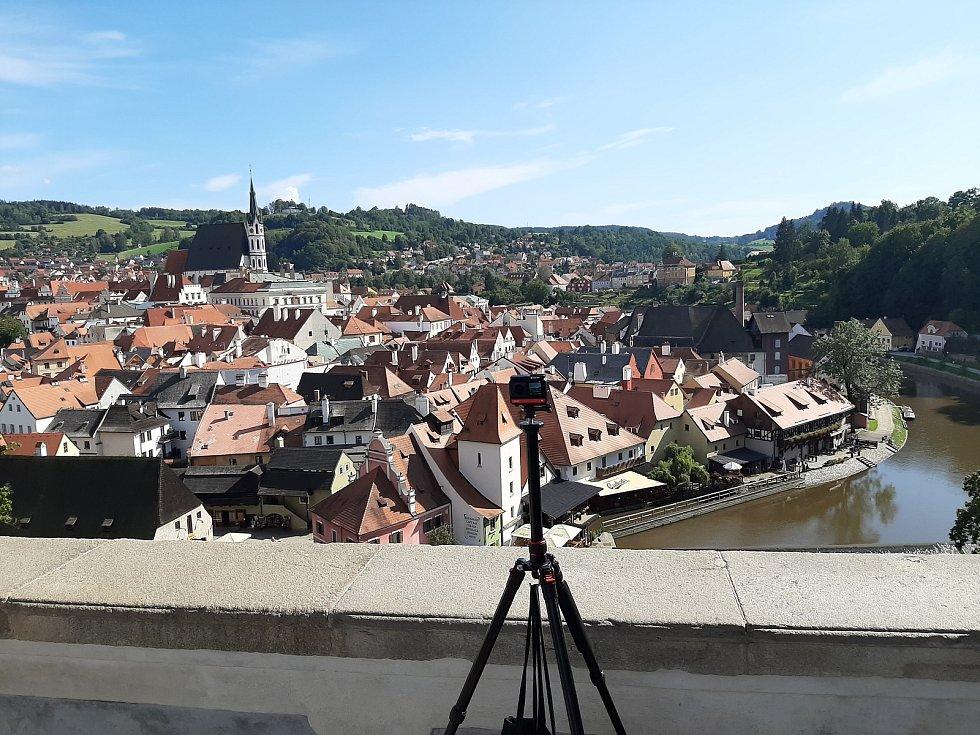 Projekt Kaleido přináší do domovů pro seniory možnost cestovat pomocí virtuální reality. Snímek z natáčení v Českém Krumlově.